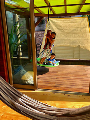 夏でも素足で過ごせるウッドデッキ。太陽光と雨を防ぐためにパーゴラを設置しました。子どもたち念願のブランコで遊べるスペース。家で過ごす時間が何倍も楽しくなりましたね!